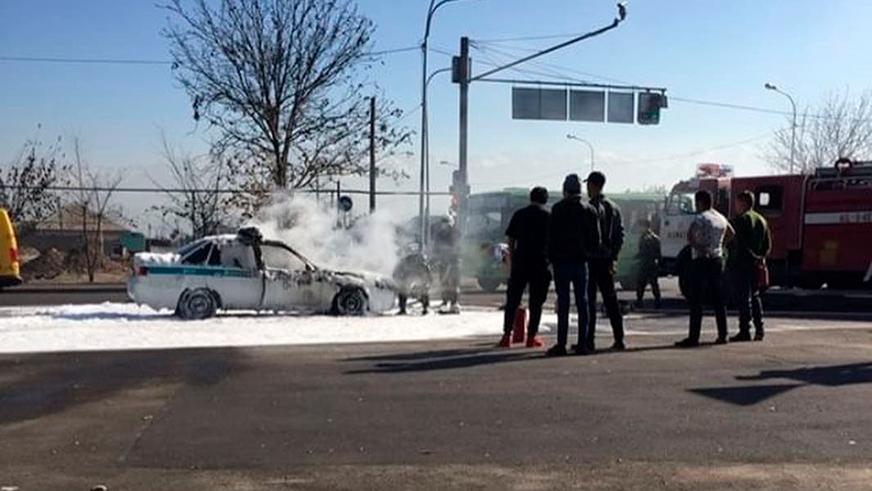 Машина патрульных сгорела в Алматы