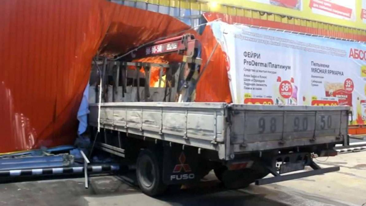 Кран-манипулятор протаранил магазин в Иркутске