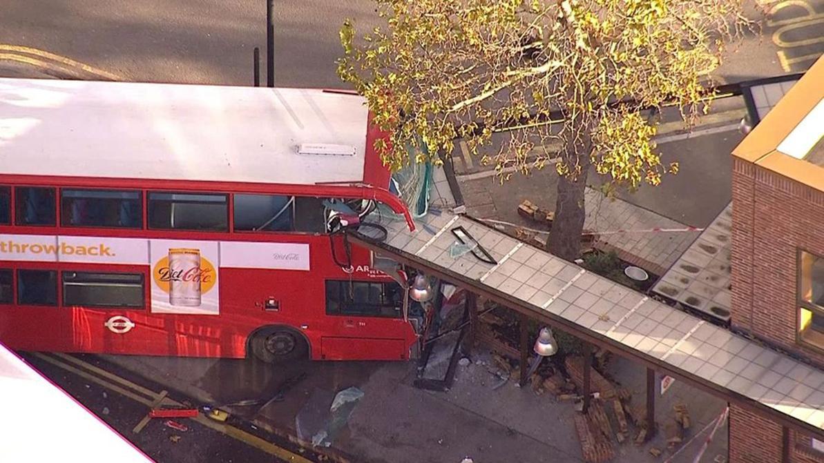 Двухэтажный автобус протаранил остановку в Лондоне