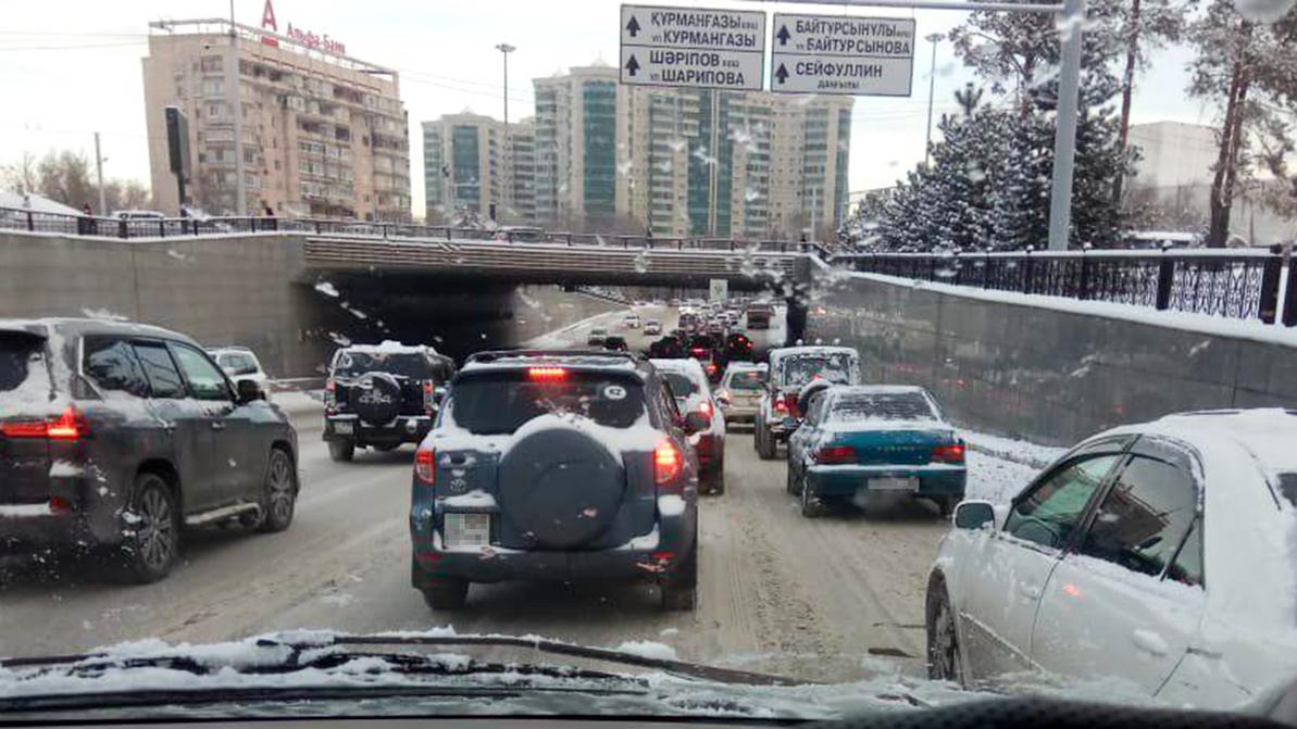 Освободить улицы Алматы от снега чиновники обещают к ночи