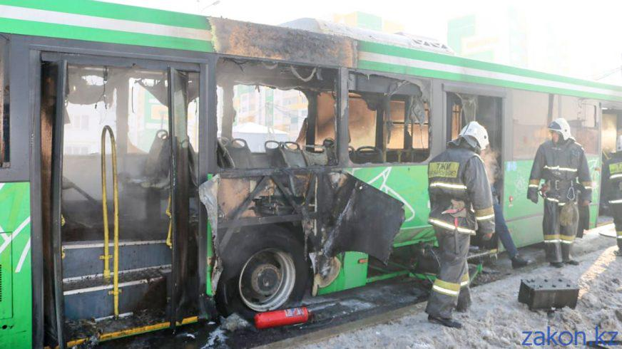 Пассажирский автобус ЛиАЗ 5292 сгорел в Алматы