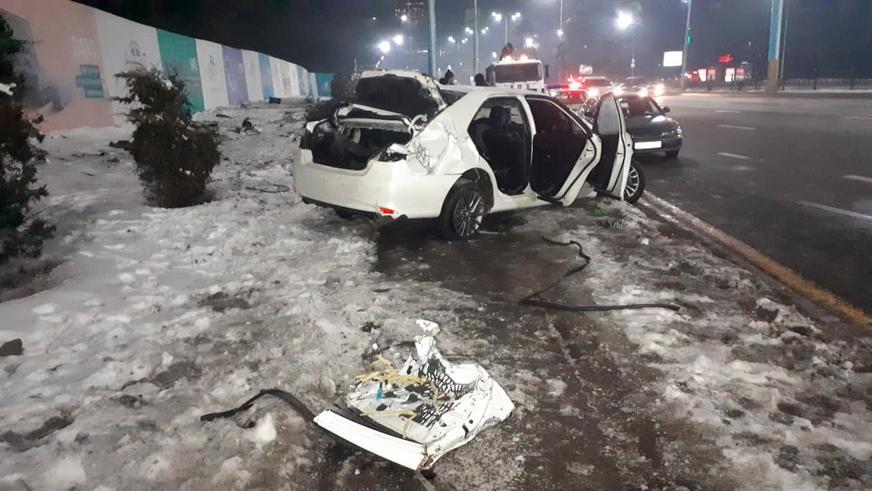Camry разбилась в страшном ДТП в Алматы