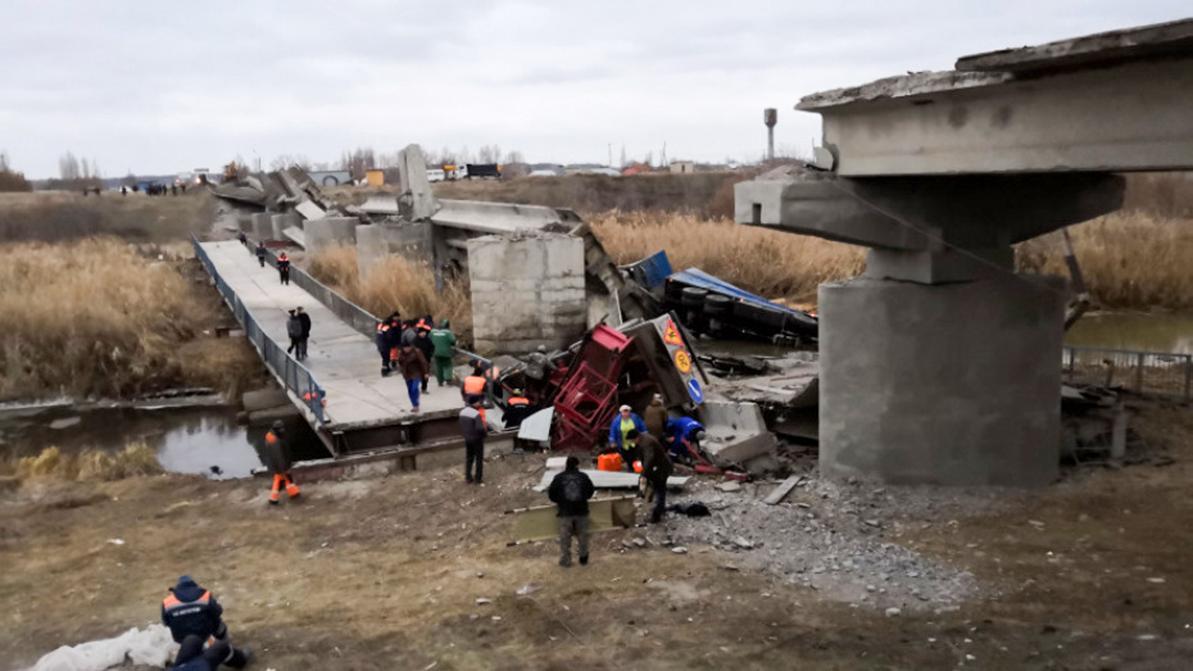 Очередной мост рухнул в России. Пострадали шестеро