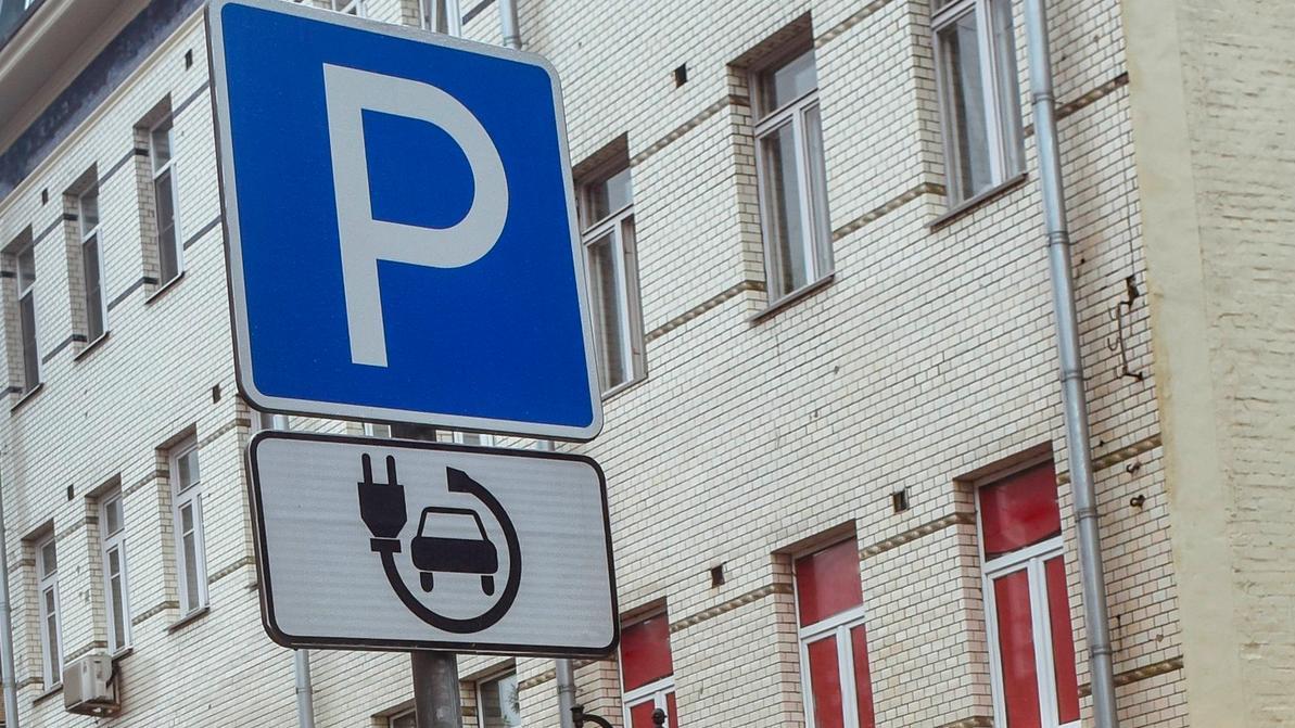 Десятую часть всех парковок в Астане предлагают отдать электромобилям