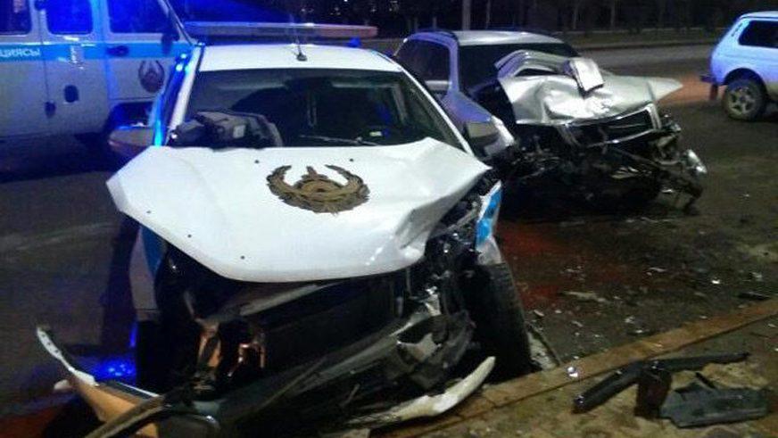 Mercedes-Benz протаранил полицейскую Lada Vesta в Усть-Каменогорске