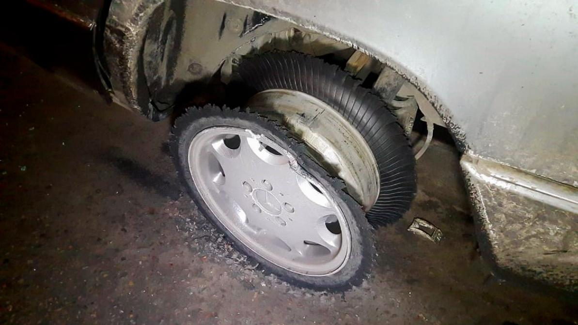 Mercedes-Benz W124 протаранил ограждение на Рыскулова