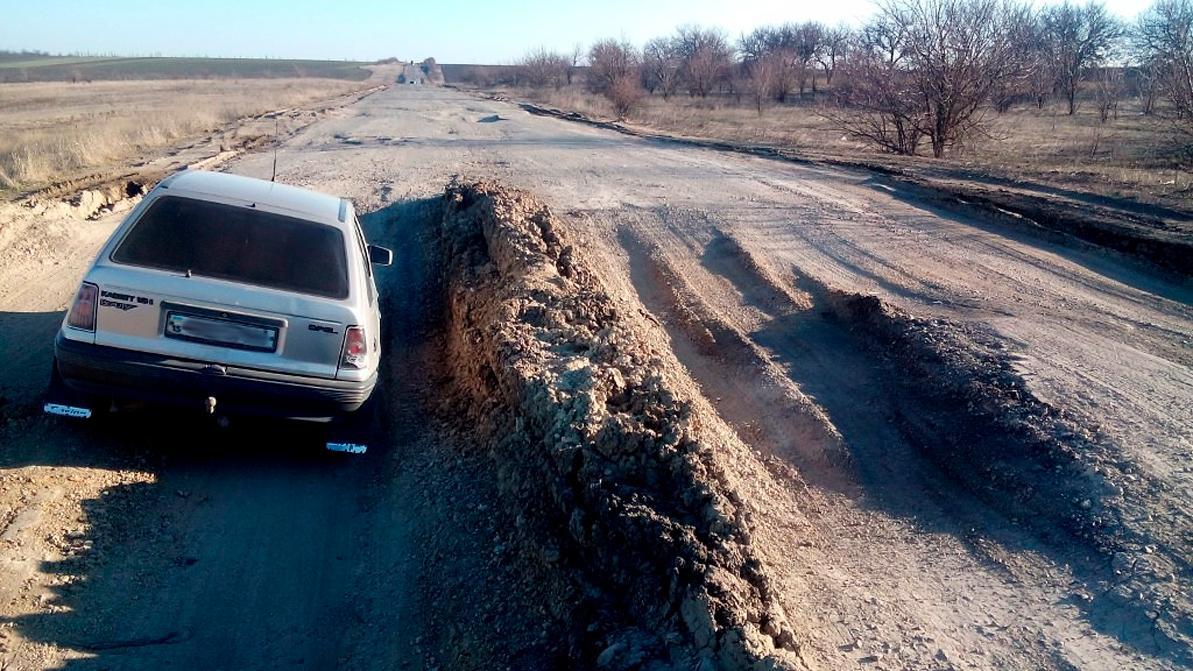 Украинские водители скинулись и отремонтировали 70 км дороги