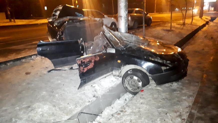 Toyota Windom «обняла столб» в Алматы