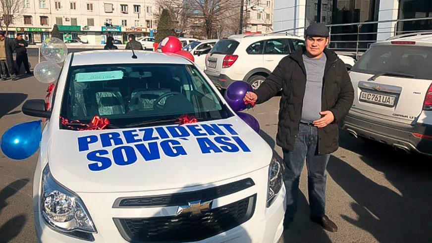 В Узбекистане тройняшкам, названным в честь президента, подарили машину