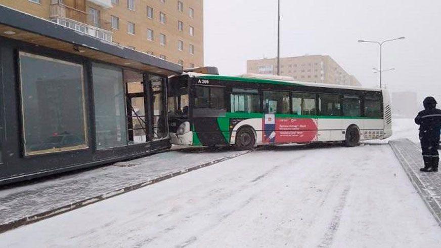 Автобус протаранил тёплую остановку в Астане