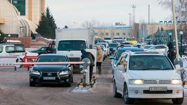 На время морозов парковки на вокзале и в аэропорту Астаны бесплатные