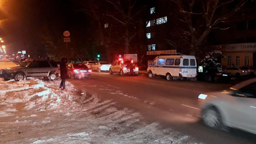 В Алматы автомобиль сбил пешехода, врезался в дерево и загорелся