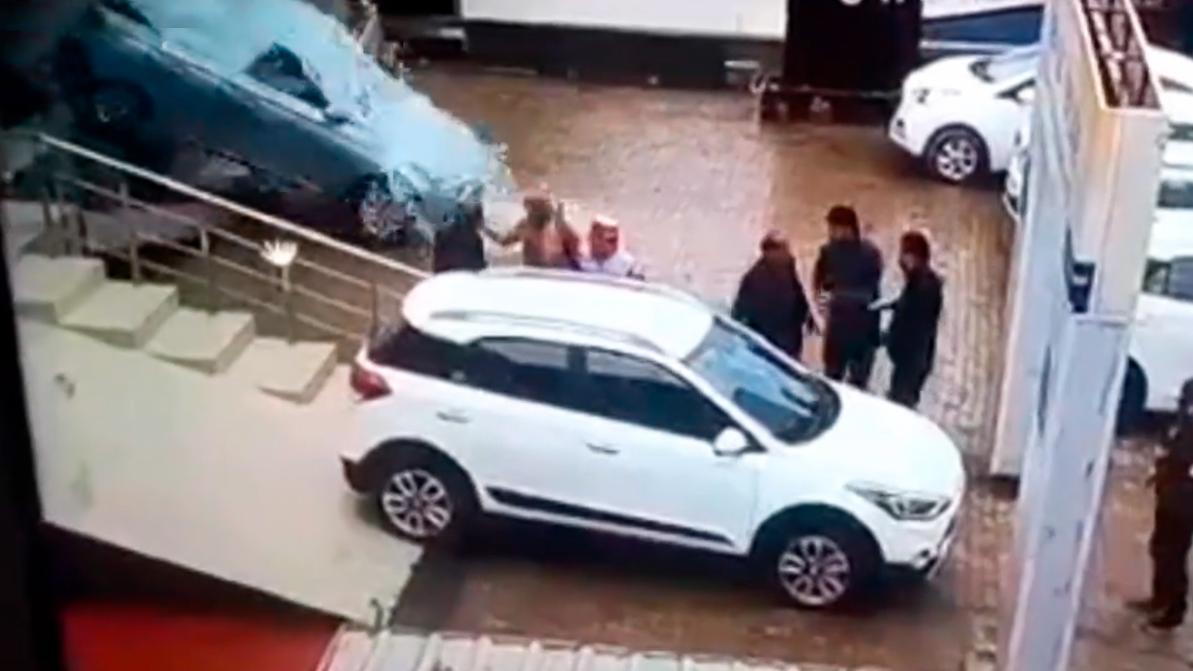 Водитель выехал из автосалона через окно