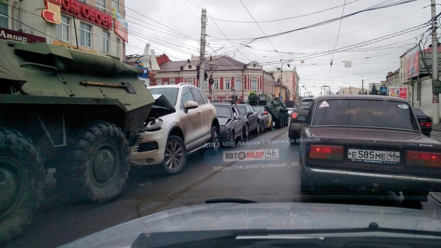 Два БТР «собрали паровозик» в центре Курска