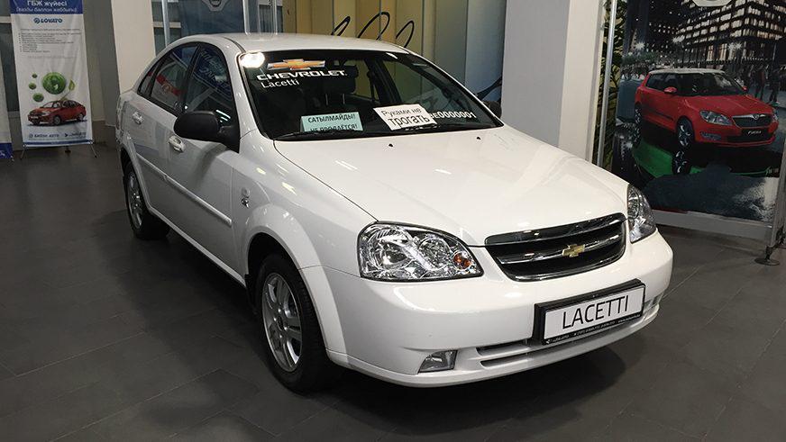 Один изтаких автомобилей— Chevrolet Lacetti— стоит вдилерском центре вАлматы