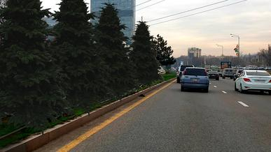 Разделительную полосу на проспекте Аль-Фараби лишили заборов