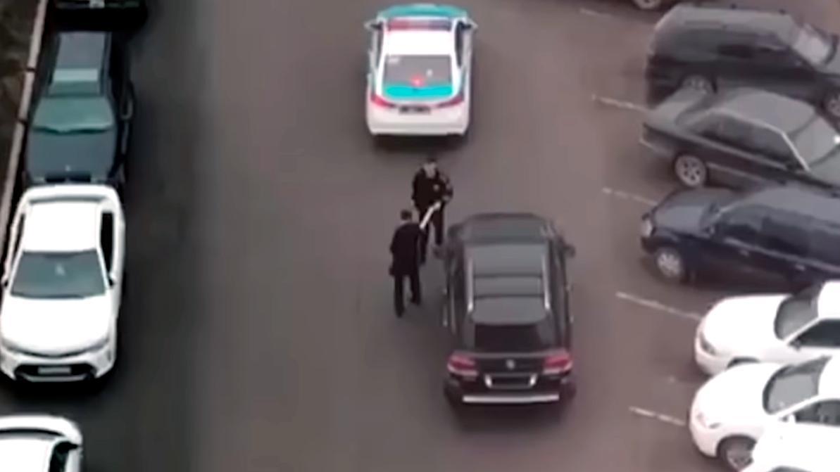 Полицейский просто вернул номер водителю