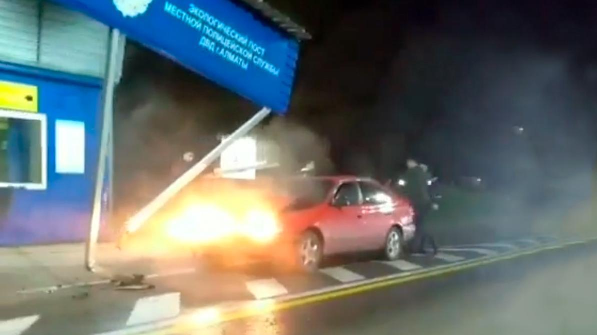Toyota Carina E протаранила экопост в Алматы