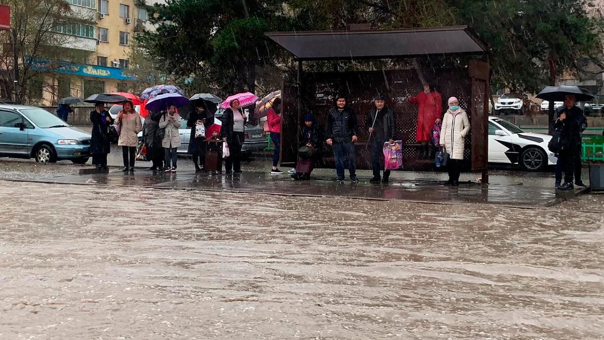 Приплыли: как Алматы встретил весенний ливень