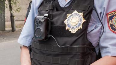 Алматинские патрульные, похоже, не очень любят свои видеорегистраторы