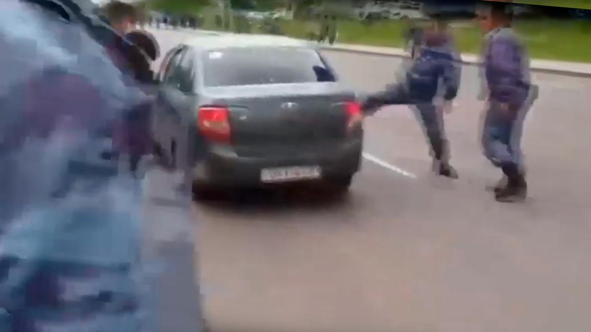 Таксиста, прорвавшего оцепление в Нур-Султане, нашли и наказали