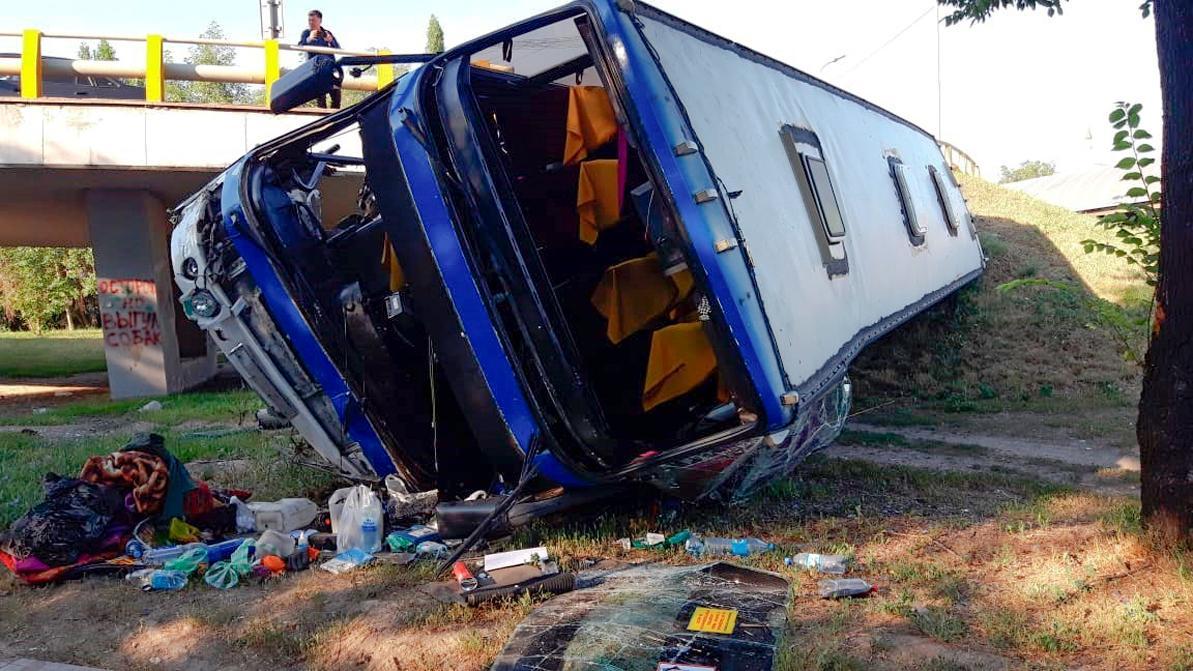 Автобус слетел с развязки в Алматы