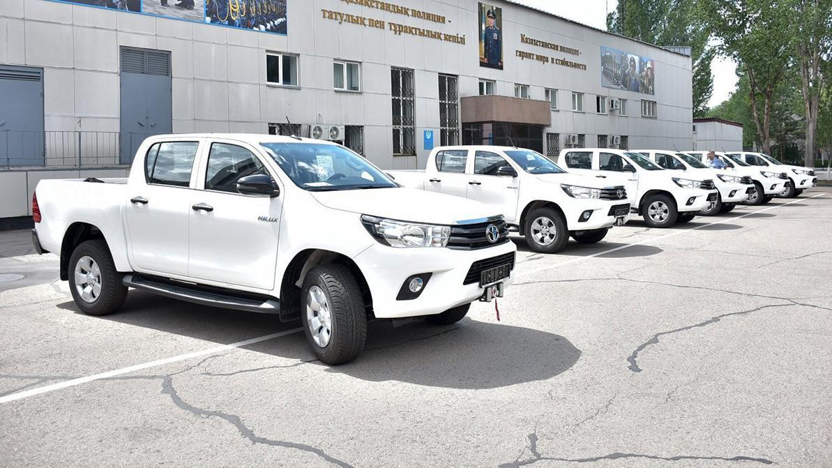 17 пикапов Toyota Hilux подарили США казахстанской полиции