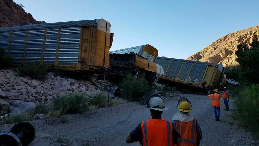 Поезд с новыми Jeep Gladiator сошёл с рельсов в США