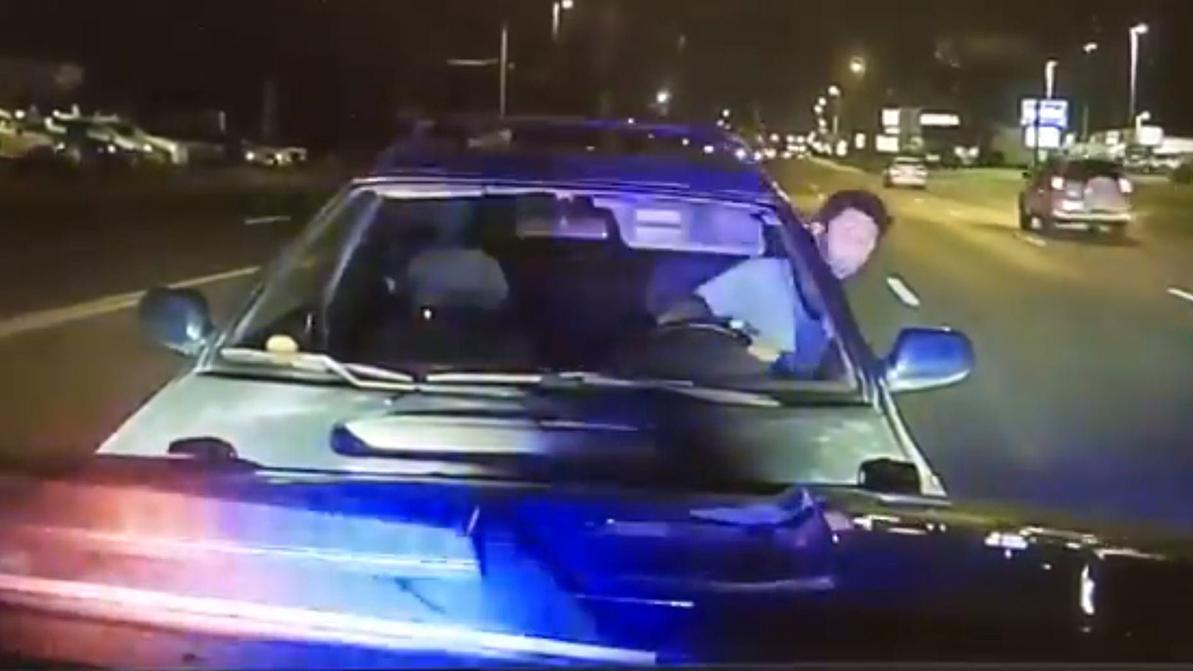 Пьяный водитель приехал в полицейскую машину