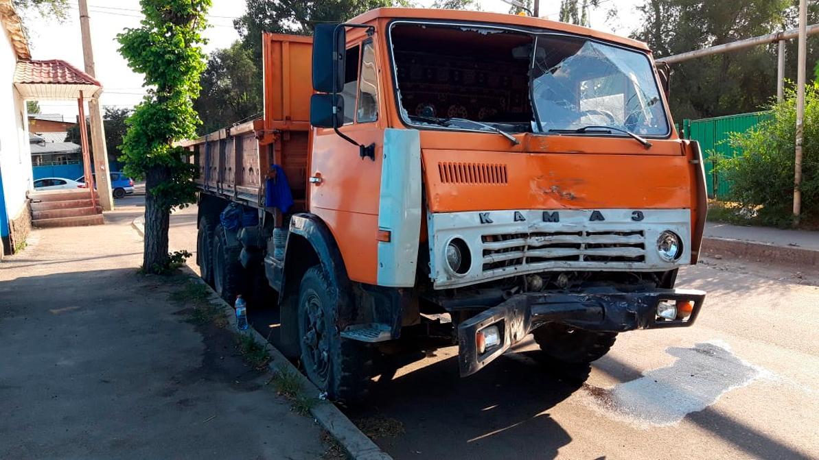 КАМАЗ столкнулся с автобусом в Алматы