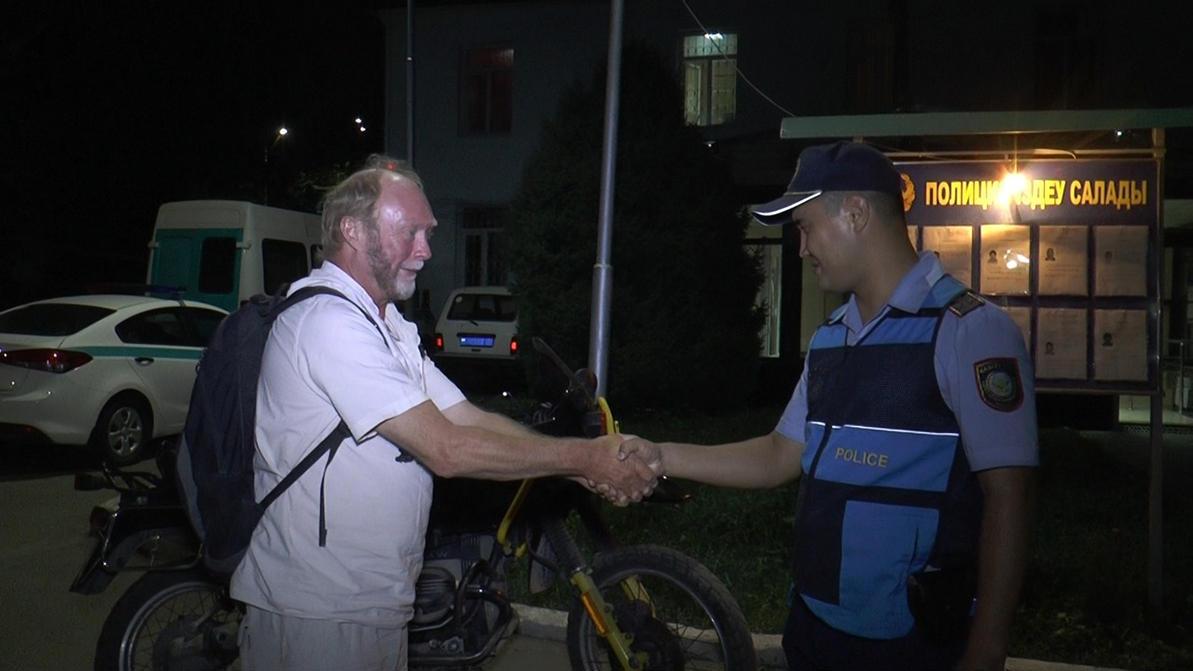 У немецкого путешественника в Алматы угнали мотоцикл