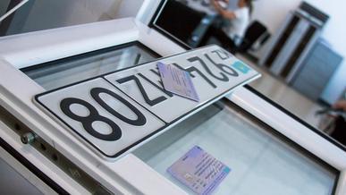 Можно ли регистрировать авто и получать права в День Конституции?
