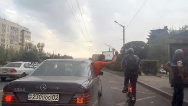 Пассажир из «мерседеса» ударил бутылкой велосипедиста на ходу