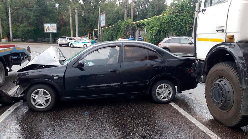 Lexus обнял столб на мокрой дороге в Алматы