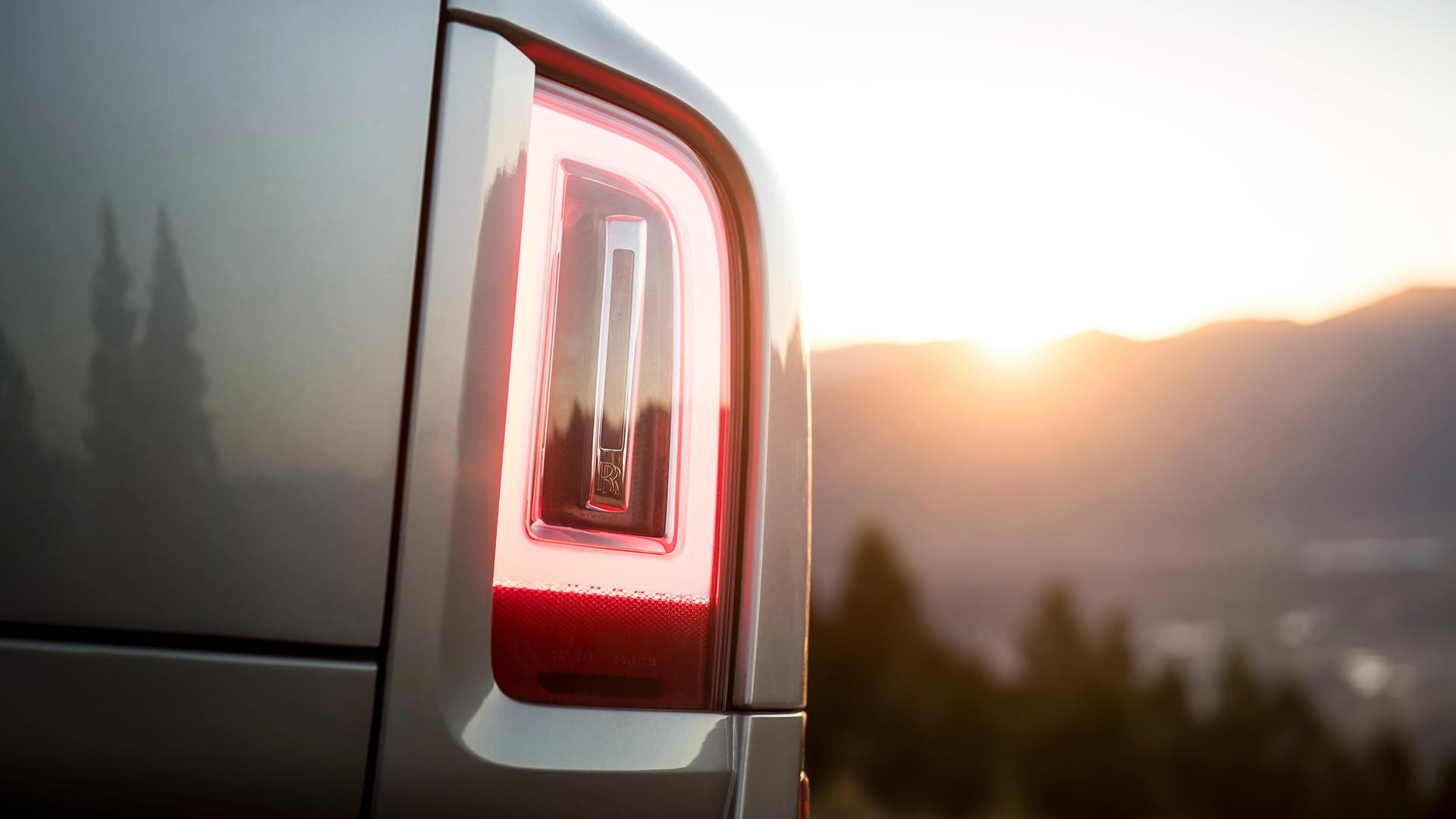 Первый вседорожный Rolls-Royce отзывают из-за лампочек