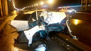 Toyota Windom врезалась в опору пешеходного моста в Алматы. Водитель погиб