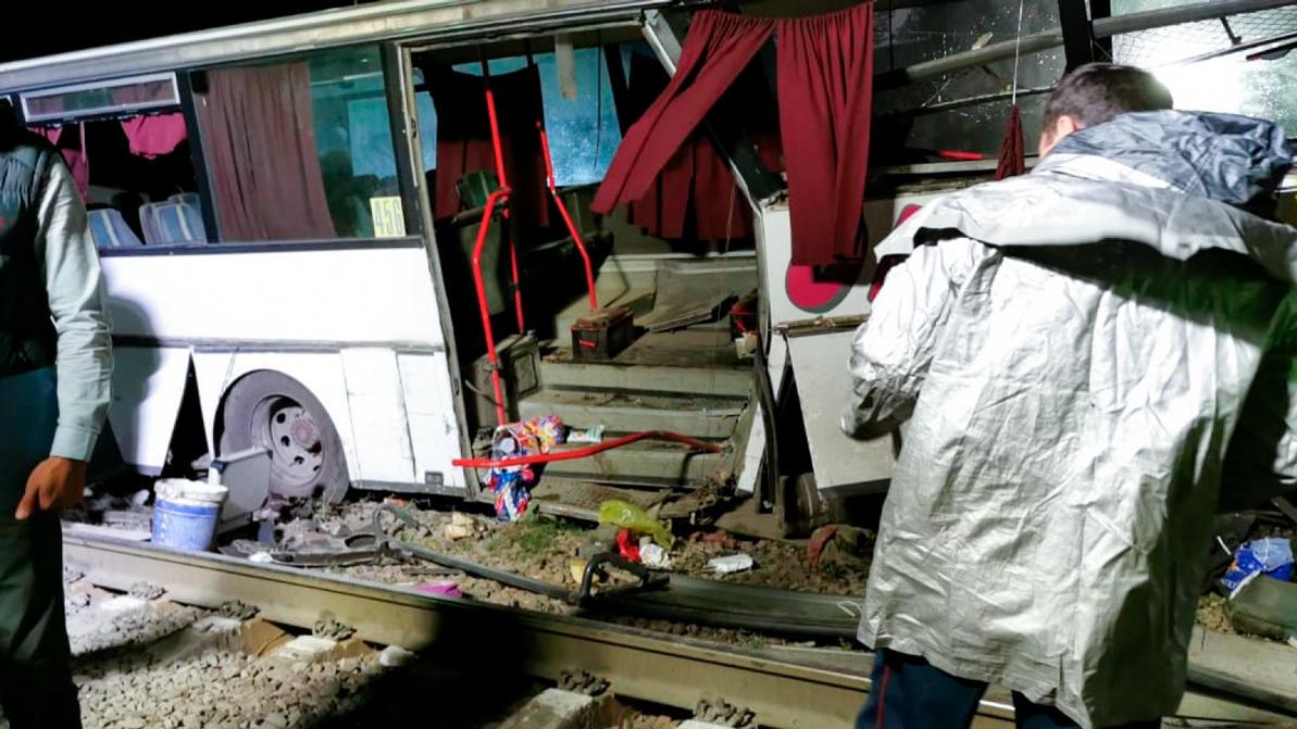 После ЧП с поездом на переезде женщина и двое детей попали в реанимацию