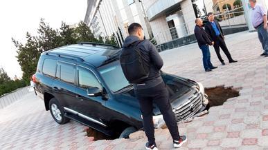 Toyota Land Cruiser провалился под брусчатку в Актау