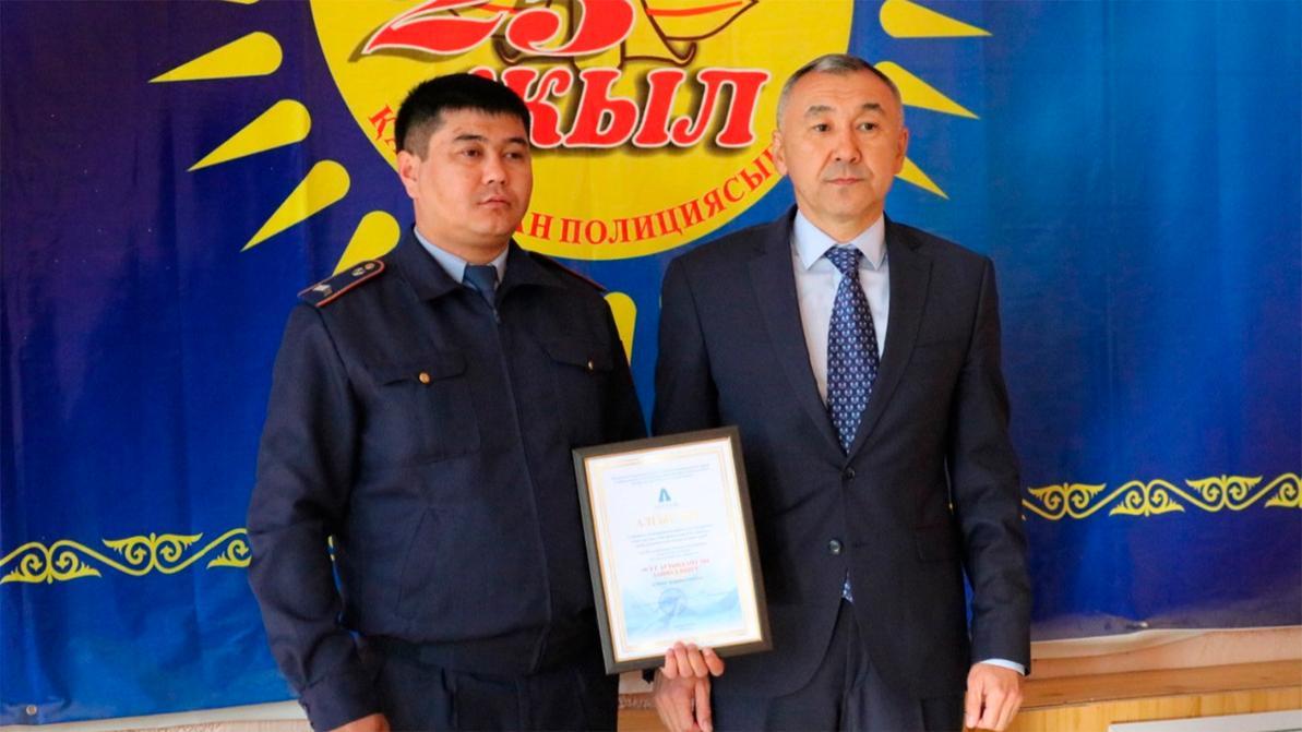 Полицейский в Актобе устоял перед взяткой и получил благодарность