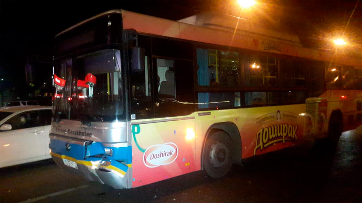 Мужчина погиб под колёсами автобусами