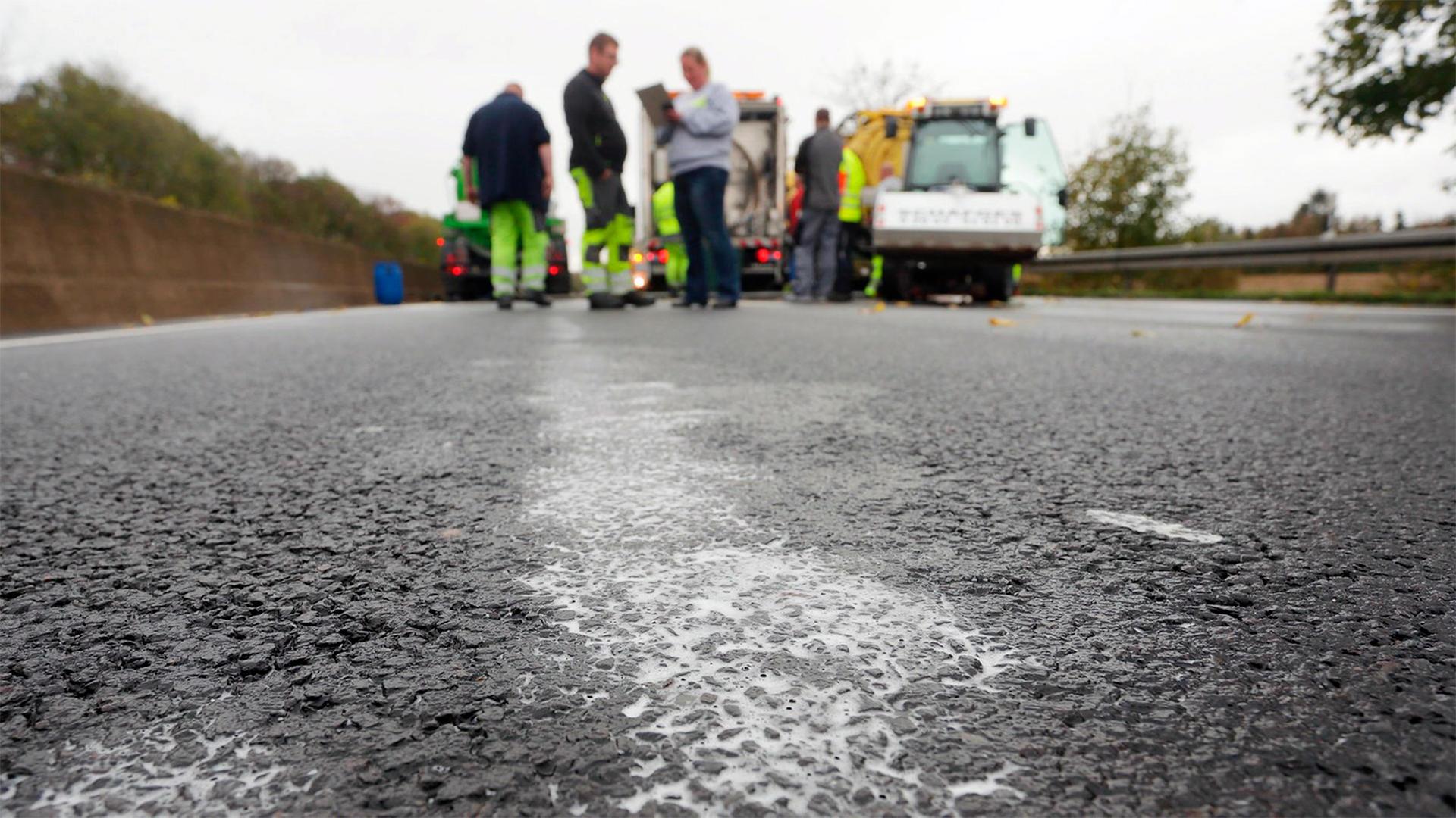 Автобан несколько дней не могут отмыть от мыльного раствора в Германии