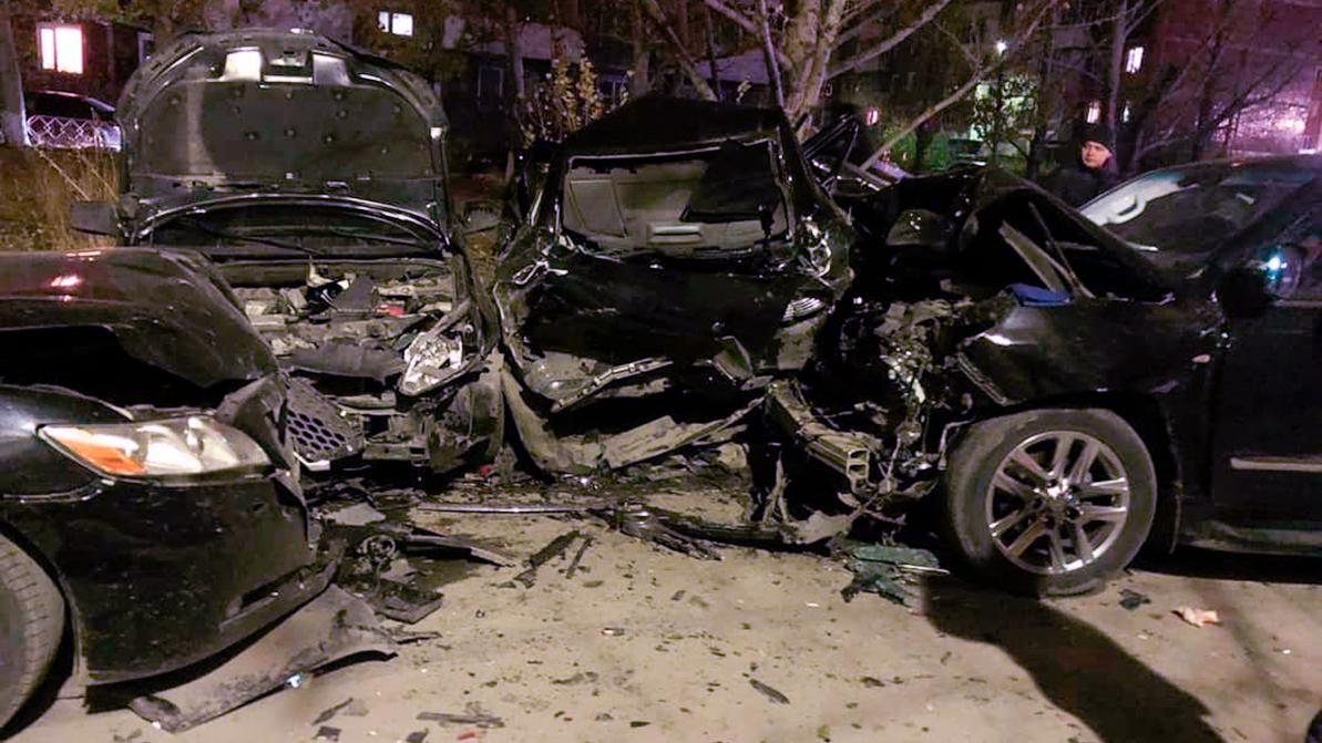 Пьяный за рулём Lexus LX 570 протаранил пять авто в Караганде и уснул
