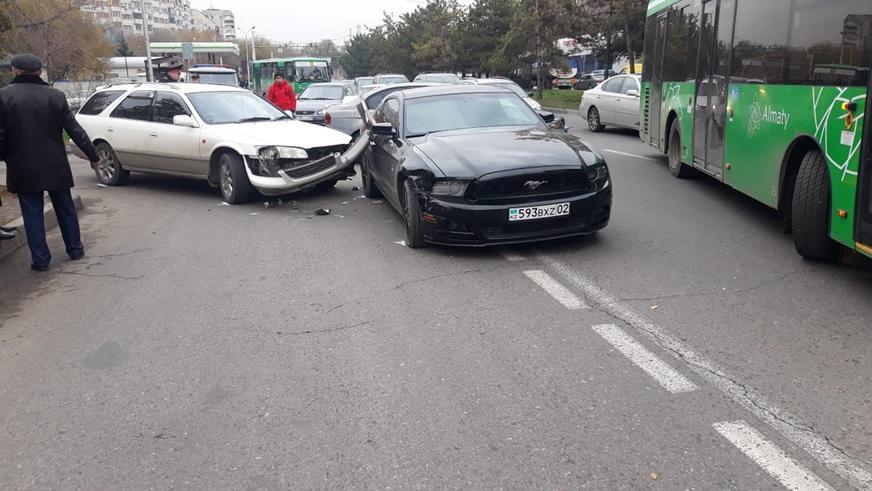 Три машины столкнулись в Алматы. Пострадал ребёнок
