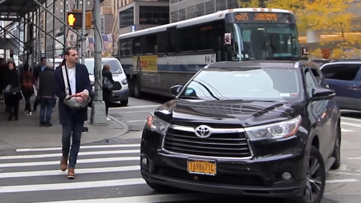 Чудак с клаксоном пугал пешеходов в Нью-Йорке