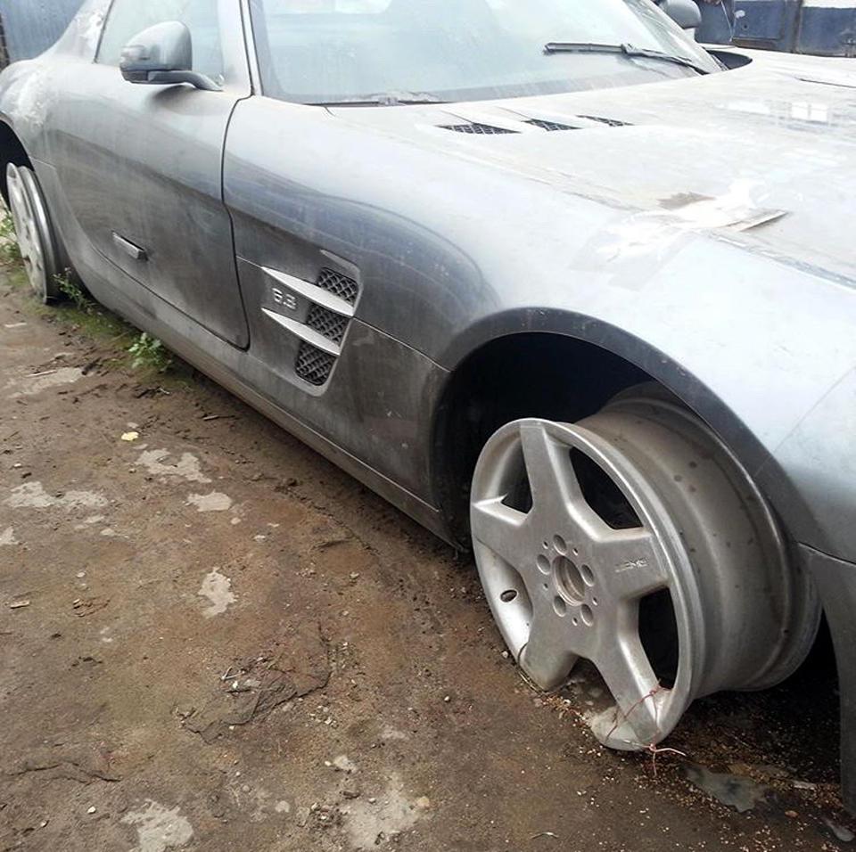 В Сыктывкаре потихоньку растаскивают Mercedes-Benz SLS AMG