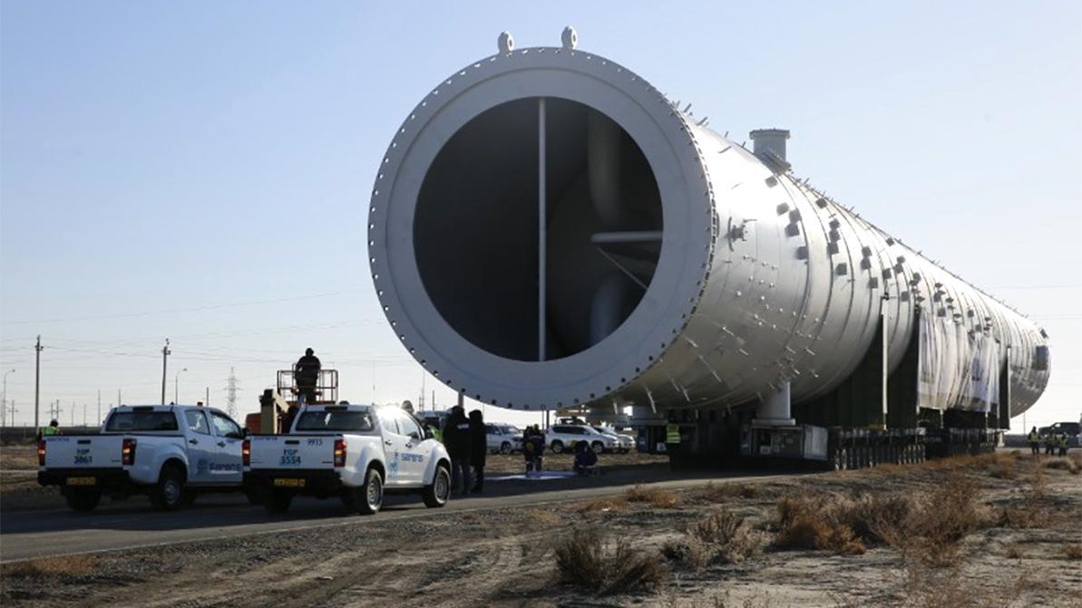 Колонну весом 1 200 тонн и длиной 105 метров везут по дорогам Атырау