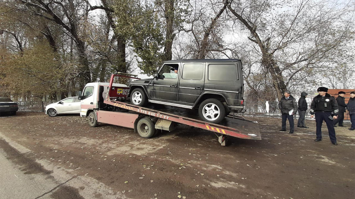 Mercedes-Benz G-класса забрали у должника по налогам в Алматы