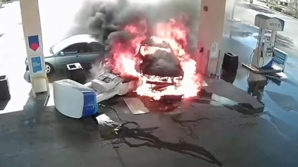 Горе-дрифтер на Ford Mustang едва не спалил заправку