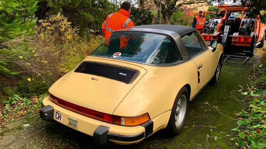 Для хранения орехов белки использовали Porsche 911