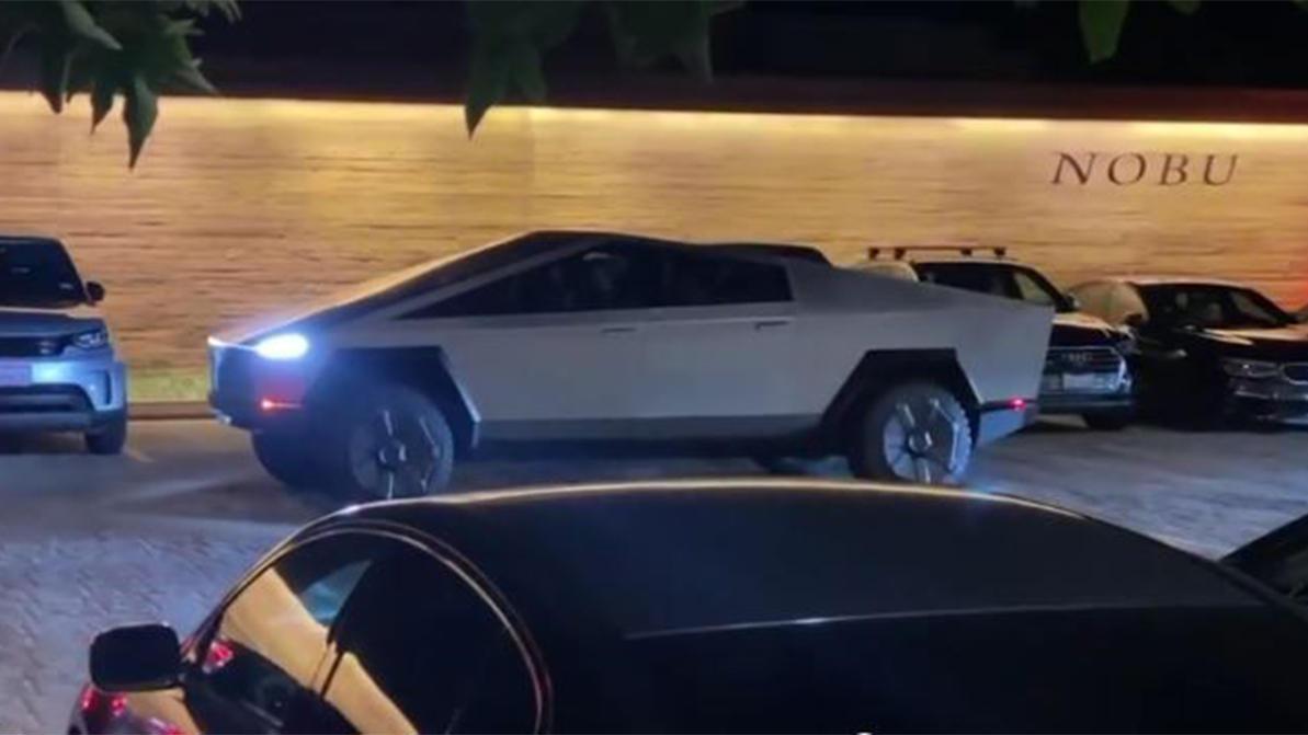 Илон Маск выгулял прототип Tesla Cybertruck